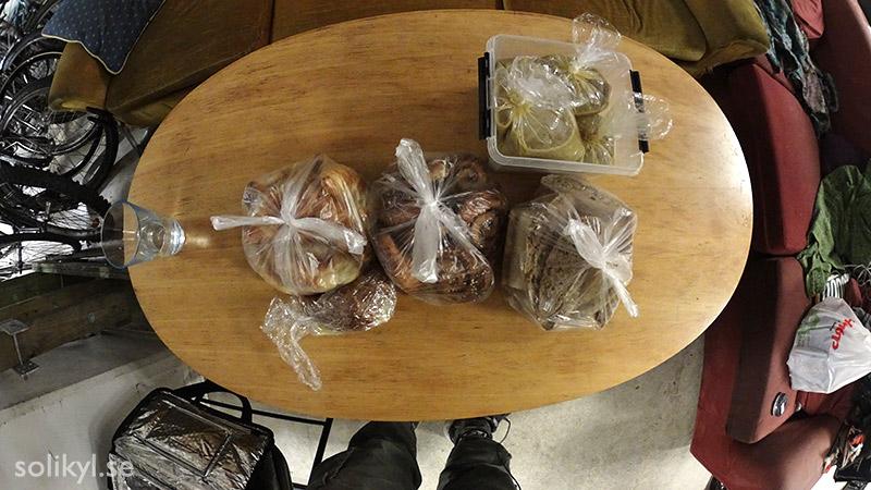 Croissant, kanelbulle, bröd, ärtsoppa
